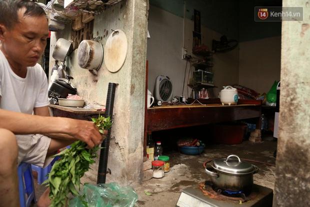 """Xóm chạy thận ở Hà Nội chật vật dưới cái nóng trên 50 độ: """"Khát không được uống nhiều nước, nằm xuống giường nóng như nằm dưới nền đường - Ảnh 12."""