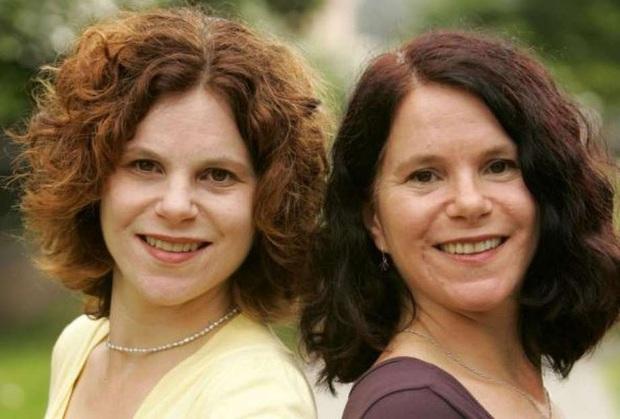 Hai người phụ nữ sống cuộc đời giống hệt nhau trước khi phát hiện là chị em sinh đôi và đau lòng hơn là thí nghiệm tàn độc chia cắt họ - Ảnh 2.