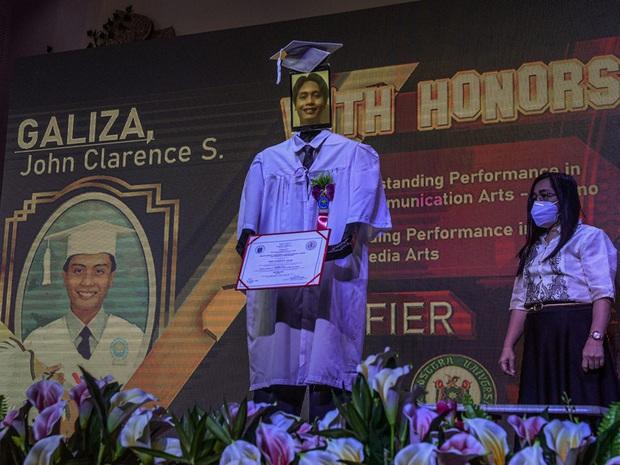 Trường học chơi lớn, tổ chức lễ tốt nghiệp hoành tráng cho học sinh nhưng robot lên nhận bằng thay trong mùa covid-19 - Ảnh 1.