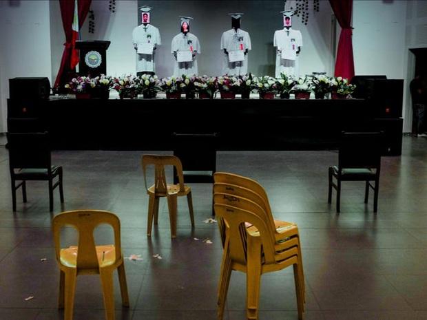 Trường học chơi lớn, tổ chức lễ tốt nghiệp hoành tráng cho học sinh nhưng robot lên nhận bằng thay trong mùa covid-19 - Ảnh 2.