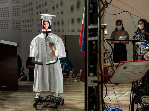 Trường học chơi lớn, tổ chức lễ tốt nghiệp hoành tráng cho học sinh nhưng robot lên nhận bằng thay trong mùa covid-19 - Ảnh 4.