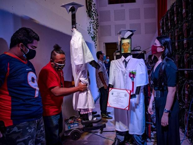 Trường học chơi lớn, tổ chức lễ tốt nghiệp hoành tráng cho học sinh nhưng robot lên nhận bằng thay trong mùa covid-19 - Ảnh 6.