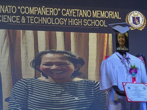 Trường học chơi lớn, tổ chức lễ tốt nghiệp hoành tráng cho học sinh nhưng robot lên nhận bằng thay trong mùa covid-19 - Ảnh 7.