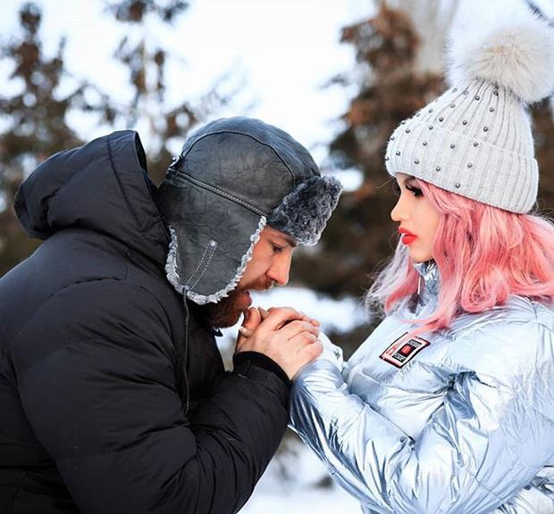 Sau 8 tháng hẹn hò, yêu đương nghiêm túc, vận động viên thể hình tuyên bố sẽ kết hôn với búp bê tình dục của mình - Ảnh 2.