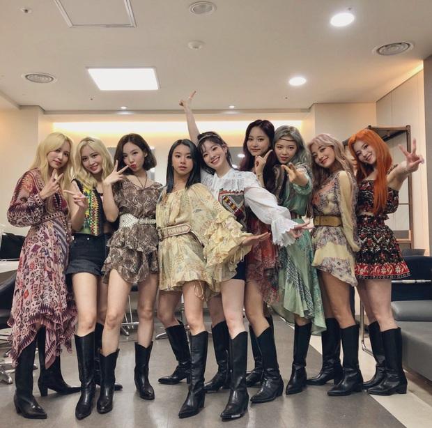 Dàn mỹ nhân Twice cân hết mọi trang phục bình dân khó cảm, hóa ra công lao là nhờ stylist đã biến tấu quá tài tình - Ảnh 1.