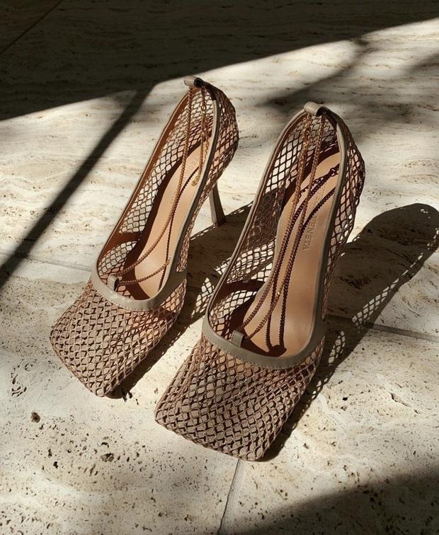 Hiếm lắm mới thấy Hà Tăng đi giày hiệu, hóa ra là đôi giày lưới mũi vuông hot hit giá 18 triệu đang khiến hội sành mốt chao đảo  - Ảnh 2.