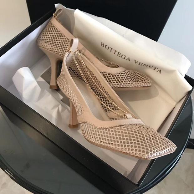 Hiếm lắm mới thấy Hà Tăng đi giày hiệu, hóa ra là đôi giày lưới mũi vuông hot hit giá 18 triệu đang khiến hội sành mốt chao đảo  - Ảnh 3.