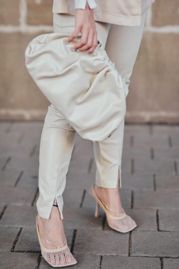 Hiếm lắm mới thấy Hà Tăng đi giày hiệu, hóa ra là đôi giày lưới mũi vuông hot hit giá 18 triệu đang khiến hội sành mốt chao đảo  - Ảnh 5.