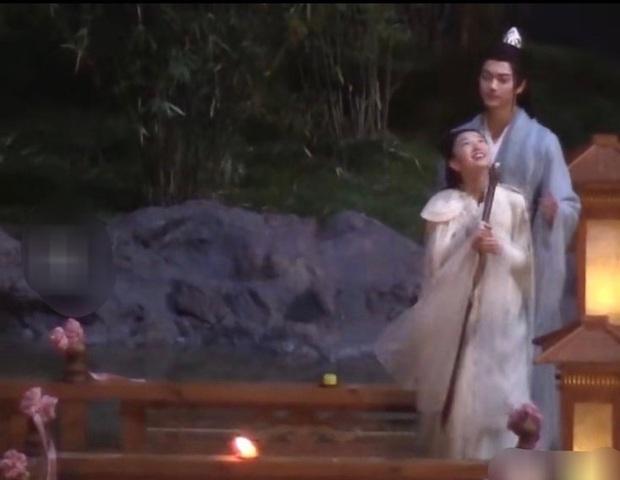 Hứa Khải gượng cười ôm ấp Châu Đông Vũ ở hậu trường, netizen cà khịa: Anh đang nhớ Bạch Lộc à? - Ảnh 2.