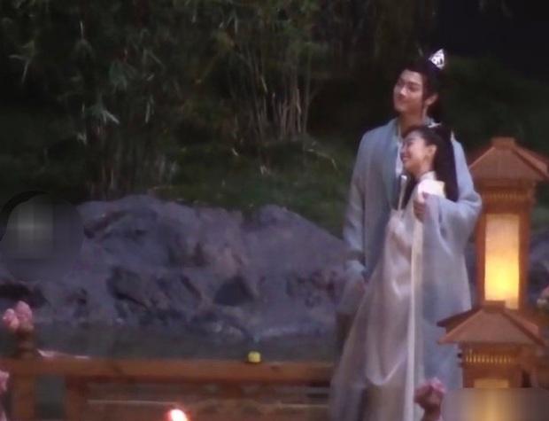 Hứa Khải gượng cười ôm ấp Châu Đông Vũ ở hậu trường, netizen cà khịa: Anh đang nhớ Bạch Lộc à? - Ảnh 3.