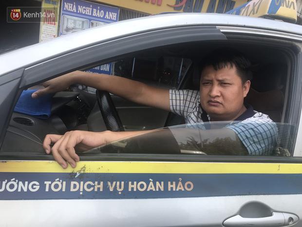 Tài xế taxi, xe ôm vắng khách, cả ngày vạ vật ngoài đường dưới cái nắng nóng trên 50 độ của Thủ đô - Ảnh 5.