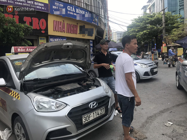 Tài xế taxi, xe ôm vắng khách, cả ngày vạ vật ngoài đường dưới cái nắng nóng trên 50 độ của Thủ đô - Ảnh 3.