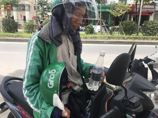 Tài xế taxi, xe ôm vắng khách, cả ngày vạ vật ngoài đường dưới cái nắng nóng trên 50 độ của Thủ đô - Ảnh 8.