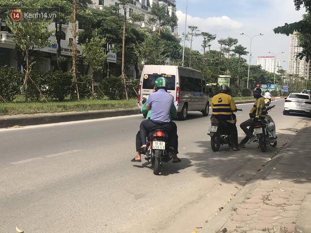 Tài xế taxi, xe ôm vắng khách, cả ngày vạ vật ngoài đường dưới cái nắng nóng trên 50 độ của Thủ đô - Ảnh 9.