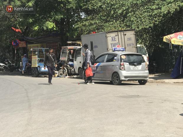 Tài xế taxi, xe ôm vắng khách, cả ngày vạ vật ngoài đường dưới cái nắng nóng trên 50 độ của Thủ đô - Ảnh 1.