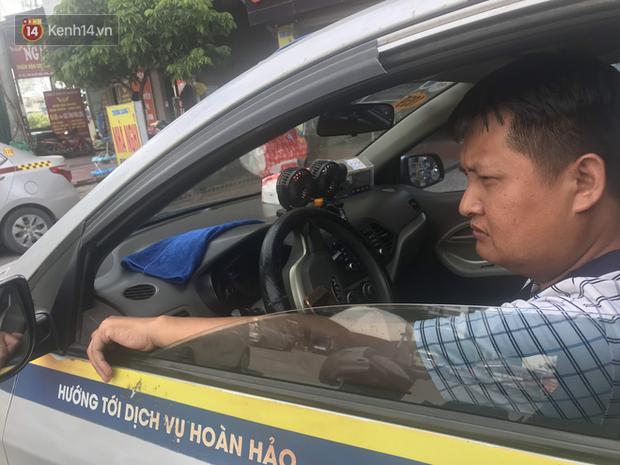 Tài xế taxi, xe ôm vắng khách, cả ngày vạ vật ngoài đường dưới cái nắng nóng trên 50 độ của Thủ đô - Ảnh 6.