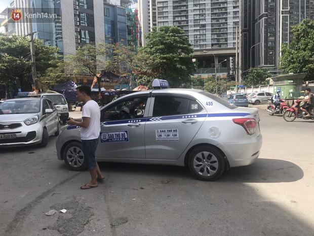 Tài xế taxi, xe ôm vắng khách, cả ngày vạ vật ngoài đường dưới cái nắng nóng trên 50 độ của Thủ đô - Ảnh 2.