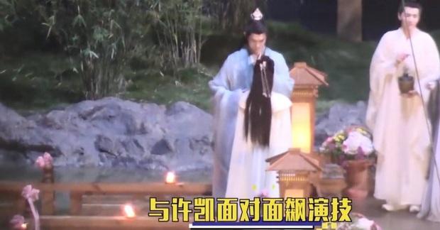 Hứa Khải gượng cười ôm ấp Châu Đông Vũ ở hậu trường, netizen cà khịa: Anh đang nhớ Bạch Lộc à? - Ảnh 4.