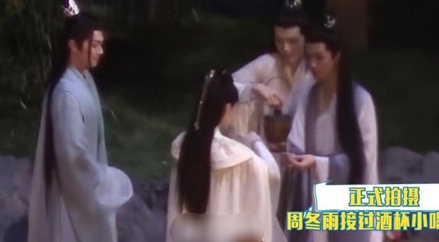 Hứa Khải gượng cười ôm ấp Châu Đông Vũ ở hậu trường, netizen cà khịa: Anh đang nhớ Bạch Lộc à? - Ảnh 5.