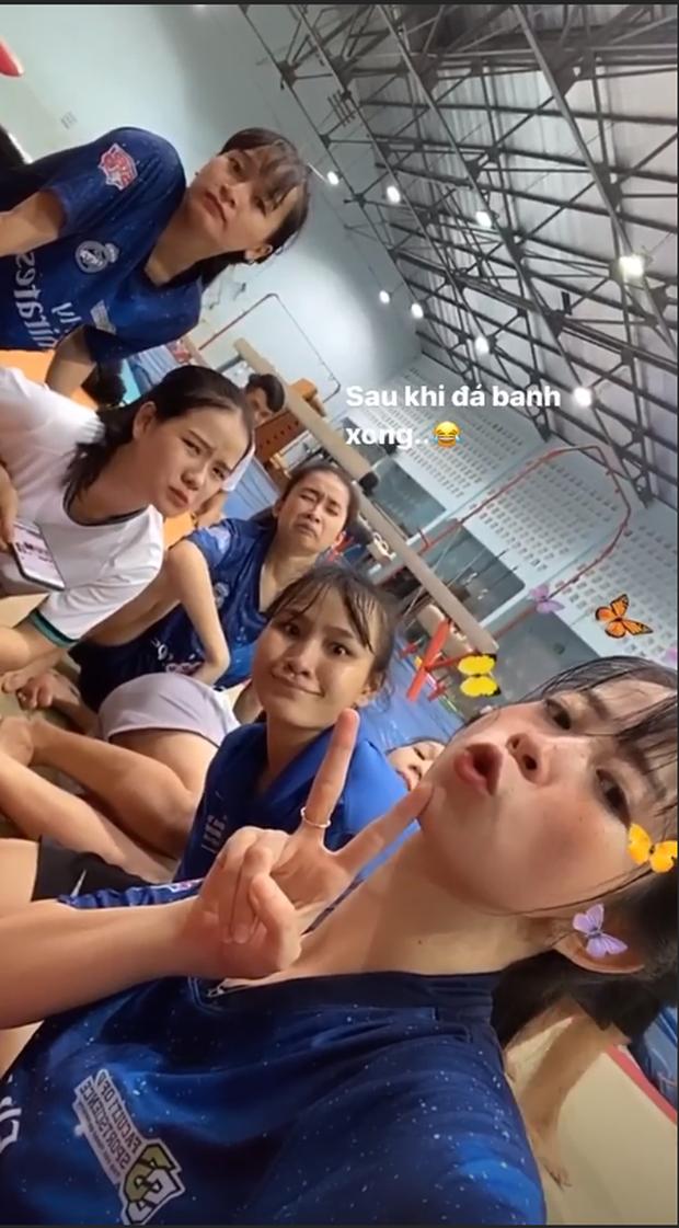 Khi hot girl làng võ Châu Tuyết Vân đi đá bóng: Bị đối thủ hất văng cả mét, lăn vài vòng rồi bật dậy chạy tiếp như phim - Ảnh 1.