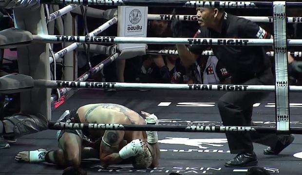 """Võ sĩ Thái Lan """"gây bão"""" khi đánh cùi chỏ vào sống lưng để """"kết liễu"""" đối thủ - Ảnh 2."""