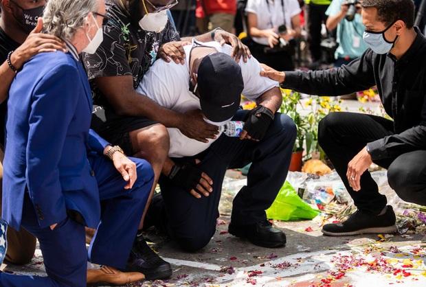 Pháp cấm cảnh sát kẹp cổ khi bắt giữ người - Ảnh 1.