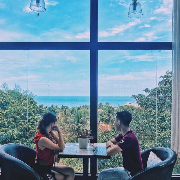 Nếu đến Phú Quốc, đừng bỏ qua 8 quán cà phê view biển sang chảnh này: Nơi hoàn hảo để ngắm hoàng hôn, lên hình đẹp đến ngỡ ngàng - Ảnh 26.