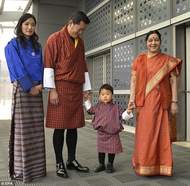 Hoàng tử nhí của Bhutan: Cứ ngỡ con vua thì phải sống sung túc, ai ngờ 20 năm không được tổ chức sinh nhật vì lý do này - Ảnh 4.