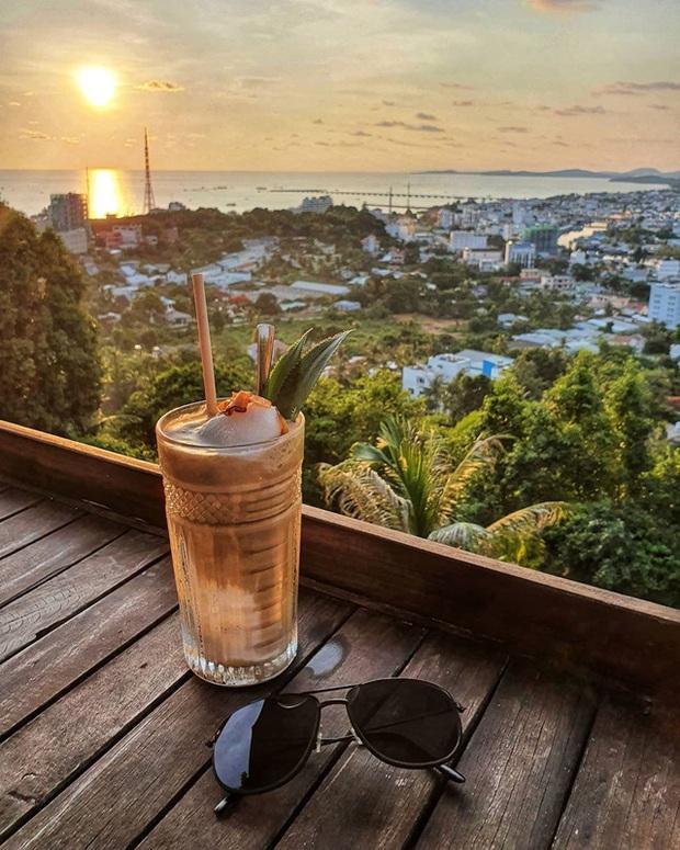 Nếu đến Phú Quốc, đừng bỏ qua 8 quán cà phê view biển sang chảnh này: Nơi hoàn hảo để ngắm hoàng hôn, lên hình đẹp đến ngỡ ngàng - Ảnh 8.