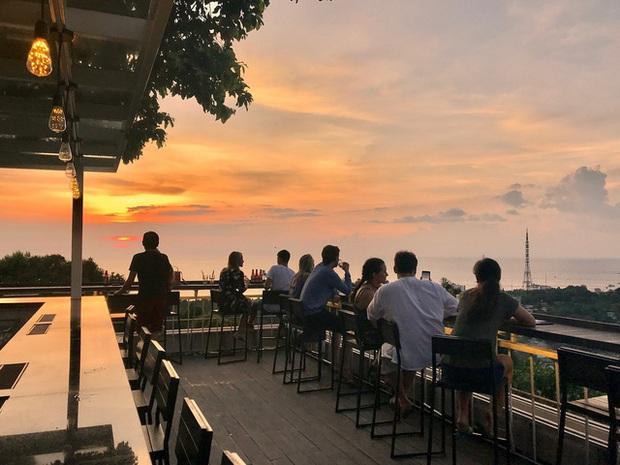 Nếu đến Phú Quốc, đừng bỏ qua 8 quán cà phê view biển sang chảnh này: Nơi hoàn hảo để ngắm hoàng hôn, lên hình đẹp đến ngỡ ngàng - Ảnh 9.