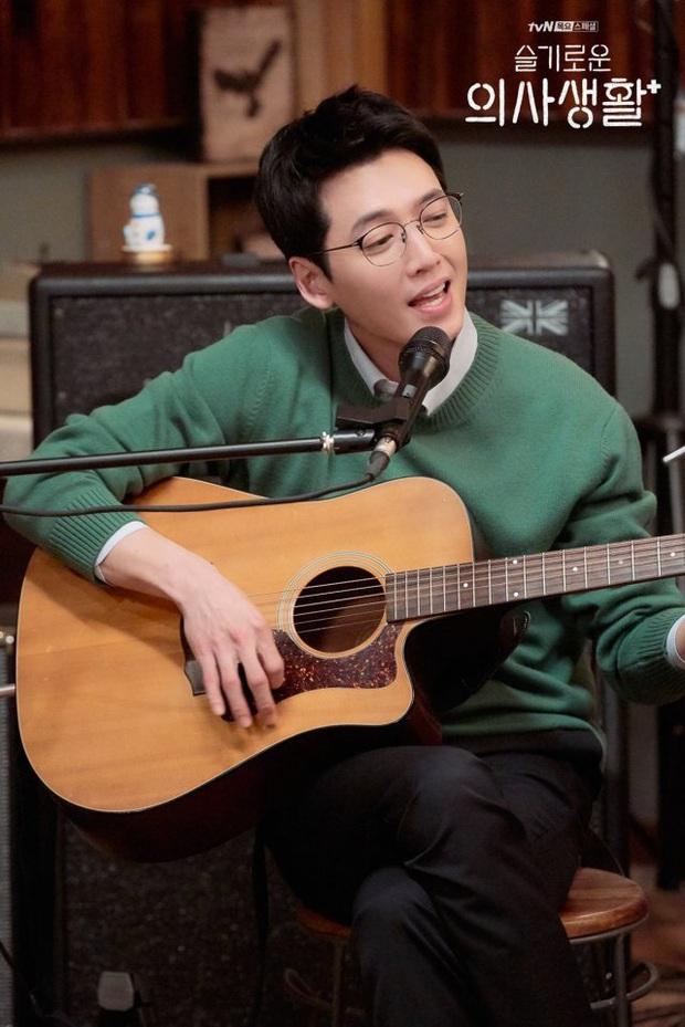 Đạo diễn Hospital Playlist cài cắm Jo Jung Suk yêu nữ chính từ đầu mà chẳng ai nhận ra? - Ảnh 5.