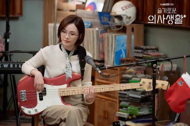 Đạo diễn Hospital Playlist cài cắm Jo Jung Suk yêu nữ chính từ đầu mà chẳng ai nhận ra? - Ảnh 8.