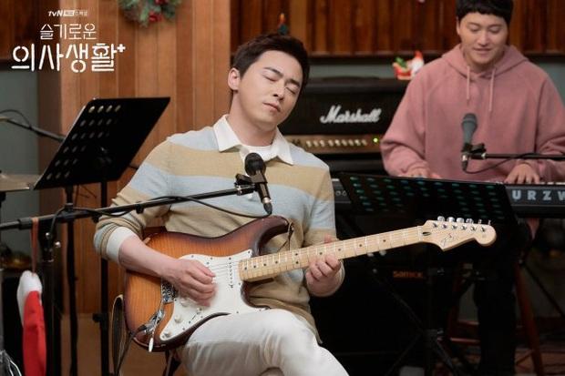 Đạo diễn Hospital Playlist cài cắm Jo Jung Suk yêu nữ chính từ đầu mà chẳng ai nhận ra? - Ảnh 4.