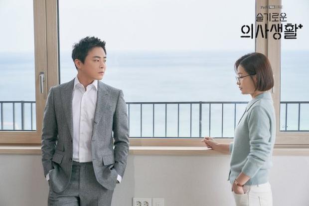Đạo diễn Hospital Playlist cài cắm Jo Jung Suk yêu nữ chính từ đầu mà chẳng ai nhận ra? - Ảnh 3.