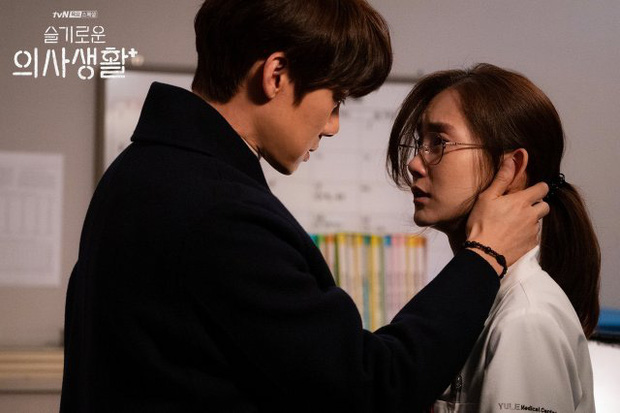 Đạo diễn Hospital Playlist cài cắm Jo Jung Suk yêu nữ chính từ đầu mà chẳng ai nhận ra? - Ảnh 6.