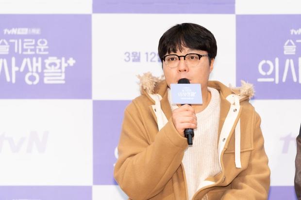 Đạo diễn Hospital Playlist cài cắm Jo Jung Suk yêu nữ chính từ đầu mà chẳng ai nhận ra? - Ảnh 1.