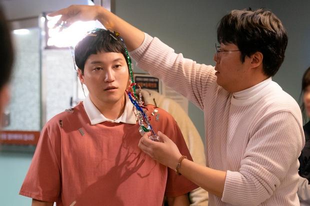 Đạo diễn Hospital Playlist cài cắm Jo Jung Suk yêu nữ chính từ đầu mà chẳng ai nhận ra? - Ảnh 7.