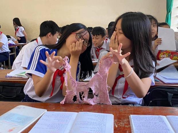 Học trò thi nhau khoe giẻ lau bảng tơi tả sau một năm đi học, dù rách nát vẫn nhất quyết không thay - Ảnh 3.