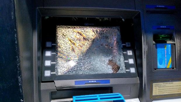 Bực tức vì bị máy ATM ở Sài Gòn nuốt thẻ, thanh niên dùng búa tới đập phá trụ - Ảnh 1.