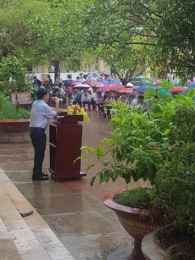 Thầy hiệu trưởng đứng giữa trời mưa phát biểu trong tiết chào cờ cuối cùng của học sinh cuối cấp - Ảnh 1.
