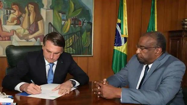 Bị tố khai man bằng cấp, Bộ trưởng Giáo dục Brazil từ chức - Ảnh 1.