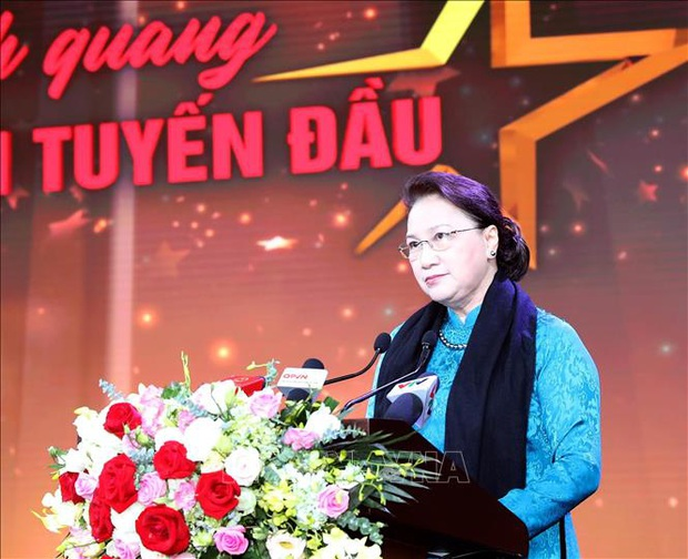 Noo Phước Thịnh được trao kỉ niệm chương, Quang Đăng biểu diễn vũ điệu rửa tay trong chương trình tri ân các chiến sĩ chống dịch COVID-19 - Ảnh 1.