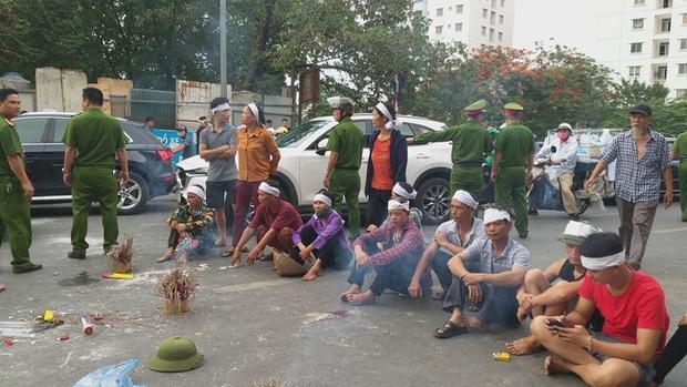 Hà Nội: Gia đình nạn nhân tử vong vì tai nạn giao thông cách đây 1 năm mang di ảnh, đeo tang ra giữa đường ngồi - Ảnh 1.
