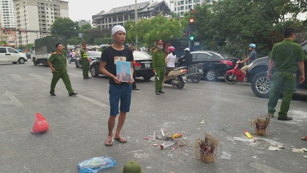 Hà Nội: Gia đình nạn nhân tử vong vì tai nạn giao thông cách đây 1 năm mang di ảnh, đeo tang ra giữa đường ngồi - Ảnh 2.