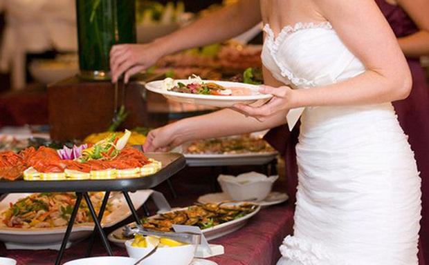 Hàng trăm khách dự tiệc cưới ở Bình Phước bị ngộ độc thực phẩm - Ảnh 1.