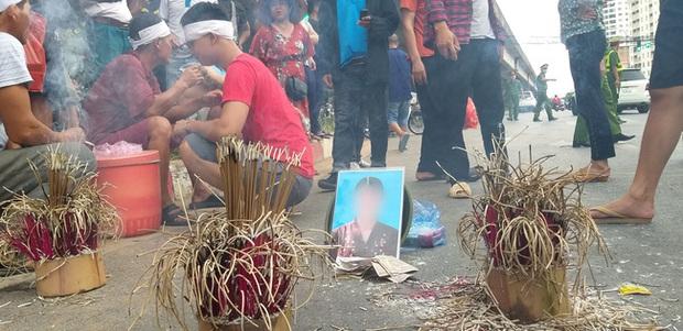 Hà Nội: Gia đình nạn nhân tử vong vì tai nạn giao thông cách đây 1 năm mang di ảnh, đeo tang ra giữa đường ngồi - Ảnh 3.