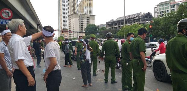 Hà Nội: Gia đình nạn nhân tử vong vì tai nạn giao thông cách đây 1 năm mang di ảnh, đeo tang ra giữa đường ngồi - Ảnh 4.