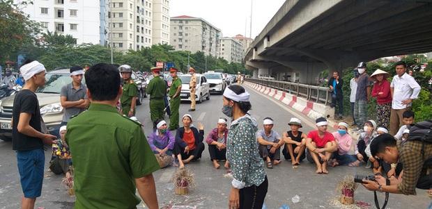 Hà Nội: Gia đình nạn nhân tử vong vì tai nạn giao thông cách đây 1 năm mang di ảnh, đeo tang ra giữa đường ngồi - Ảnh 5.
