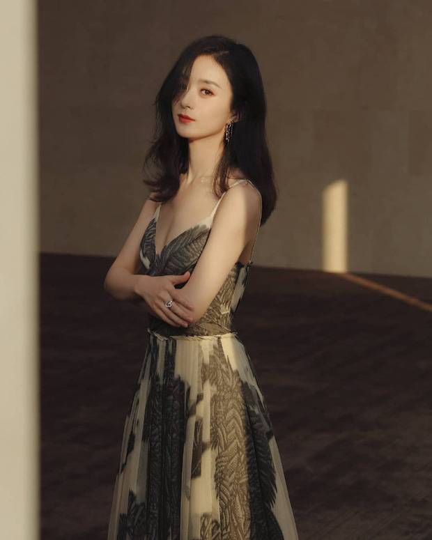 """Khoe nhan sắc rạng ngời và trẻ trung ở độ tuổi 32, Triệu Lệ Dĩnh được ví như """"nữ thần mùa Hè"""" - Ảnh 4."""