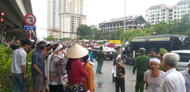 Hà Nội: Gia đình nạn nhân tử vong vì tai nạn giao thông cách đây 1 năm mang di ảnh, đeo tang ra giữa đường ngồi - Ảnh 6.